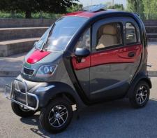 Scooter elettrico cabinato a quattro ruote per anziani e disabili, da guidare senza patente