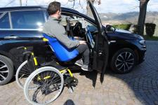 Handylift, la gruetta sollevapersone per l'entrata in auto del passeggero in carrozzina