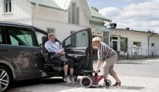 Sistemi Carony per il trasferimento di anziani e disabili dalla carrozzina al sedile della macchina senza fatica