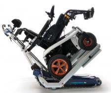 Montascale mobile a cingoli per superare gradini e scale con la carrozzina disabili