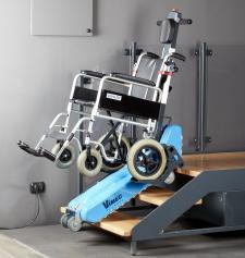Roby T09, il montascale mobile a cingoli di Vimec per salire le scale con la sedia a rotelle
