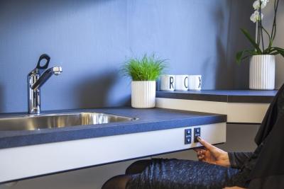 Componenti ergonomiche e regolabili di cucine per persone in ...