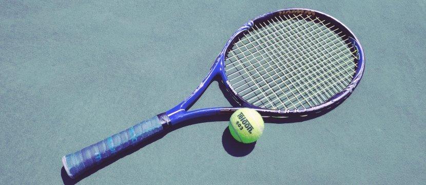 racchetta da tennis e pallina