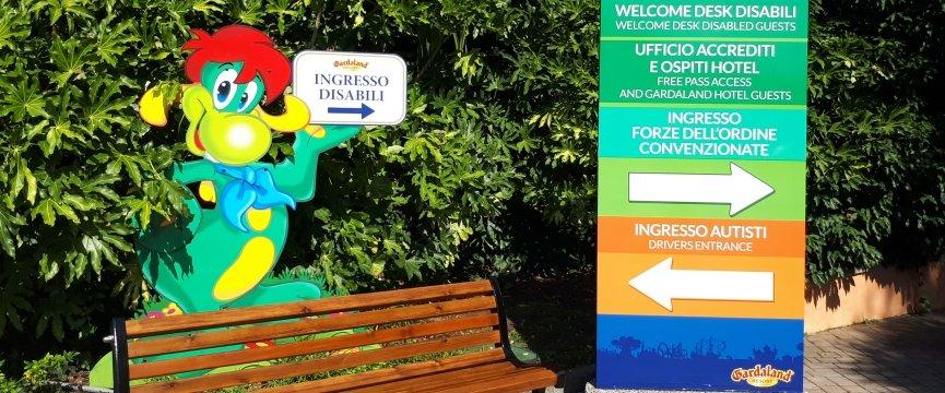 indicazioni ingresso disabili a gardaland con la mascotte prezzemolo