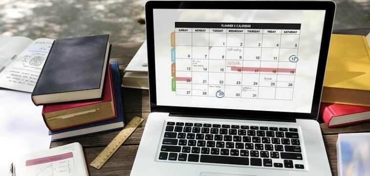 pc nel cui monitor compare un calendario con planning