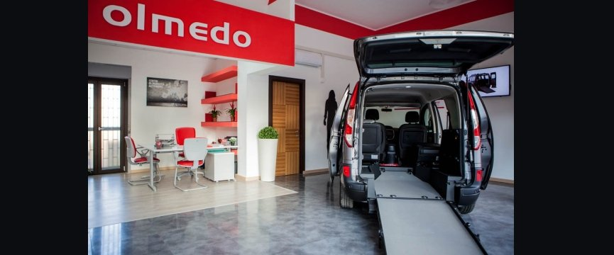 interno showroom olmedo con auto allestita