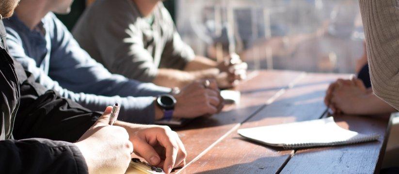 persone sedute ad un tavolo per un meeting