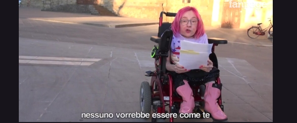 Frame del video con Ilaria Bidini