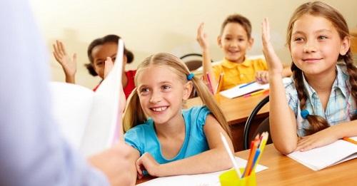 alunni in classe con la mano alzata