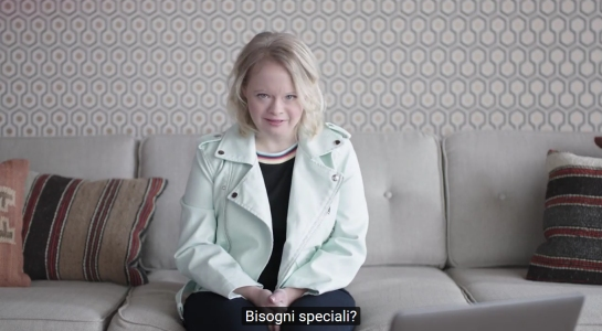 un frame del video con Lauren Potter, attrice con sindrome di down