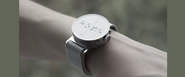 smartwatch con tecnologia braille indossato