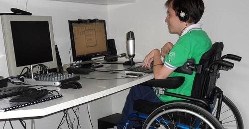 Stefano con la sua strumentazione radio
