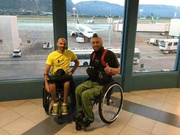 Luca Paiardi e Danilo Ragona assieme all'aeroporto
