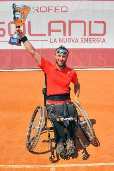 Luca Paiardi che solleva un trofeo per la vittoria di un torneo di tennis