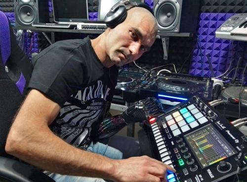 Michele Specchiale dj con la mano bionica