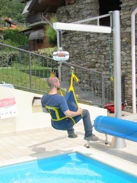 La piscina accessibile col sollevatore per disabili - Sollevatore piscina per disabili ...