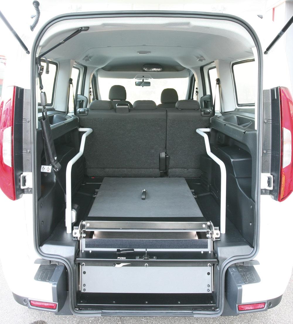 fiat dobl maxi per trasporto disabili con allestimento di focaccia group. Black Bedroom Furniture Sets. Home Design Ideas