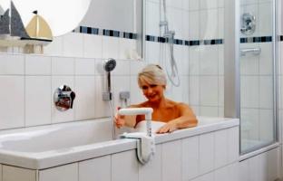 Maniglia di sicurezza per entrare e uscire dalla vasca - Maccio capatonda un attimo al bagno ...