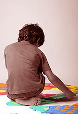 bambino gioca da solo di spalle