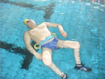 disabile che usufruisce della cinta galleggiante in piscina