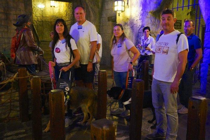 visitatori non vedenti con cani guida all'interno della attrazione i corsari