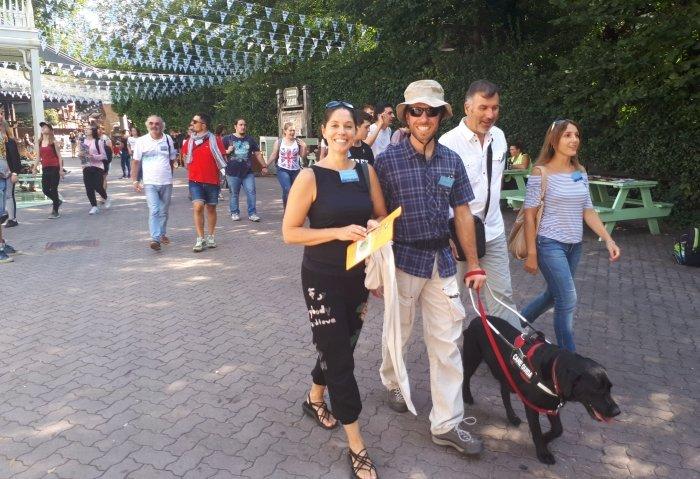 ragazzo non vedente con cane guida e altri visitatori nel parco di gardaland