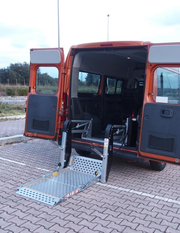 Sollevatore carrozzine per trasporto disabili in auto ...