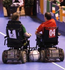 powerchair football: due giocatori di spalle sul campo