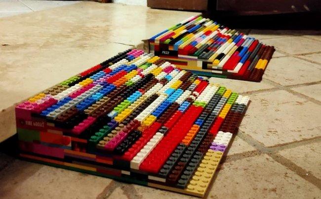 due rampe fatte con lego colorati appoggiate per terra per superare un gradino