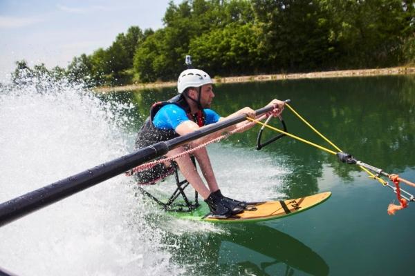Viaggio Italia disabili praticano sci acqua