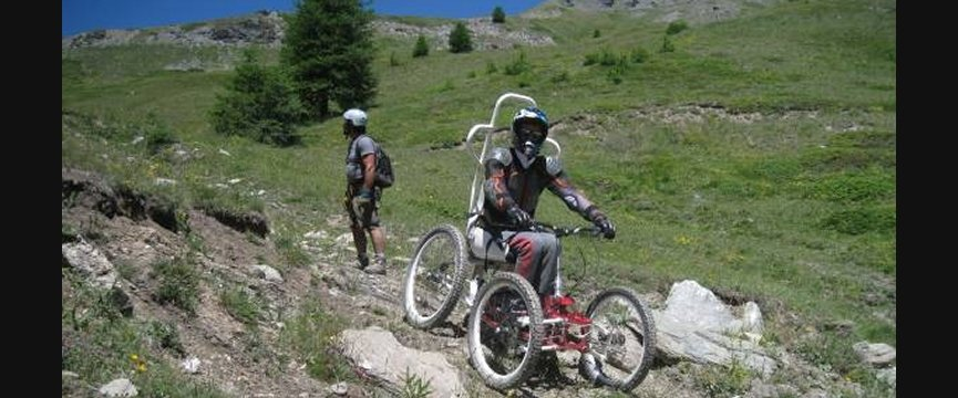 persona disabile in bicicletta in montagna