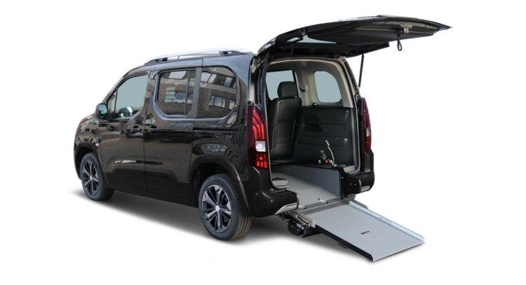 ICome trasportare persone disabili in auto: l'allestimento Atlas di Orion su Peugeot Rifter per passeggeri in carrozzina