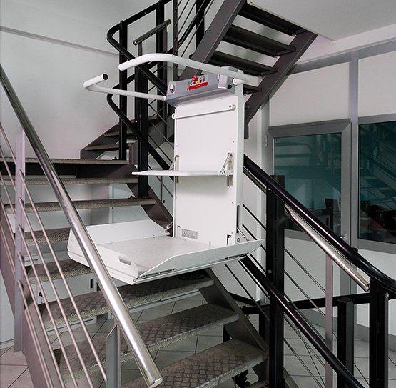 IStairiser EX, il montascale con pedana su scale curve per anziani e disabili in carrozzina