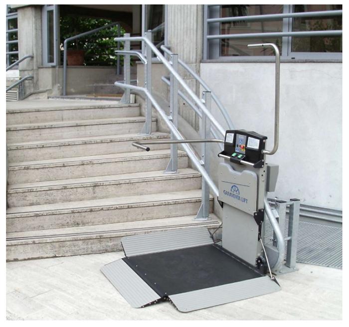 IServoscala richiudibile a pedana Artira di Garaventa Lift per anziani, disabili e persone in sedia a rotelle