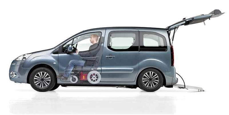 IGuida in carrozzina su Peugeot Partner con l'allestimento a pianale ribassato per guidatore o passeggero