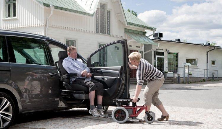 ISistemi Carony per il trasferimento di anziani e disabili dalla carrozzina al sedile della macchina senza fatica