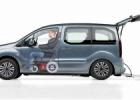 Guida in carrozzina su Peugeot Partner con l'allestimento a pianale ribassato per guidatore o passeggero